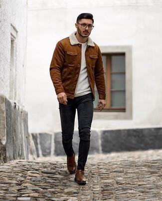 Braune Chelsea Boots aus Leder kombinieren – 313 Herren Outfits: Tragen Sie eine rotbraune Shirtjacke aus Wildleder und schwarzen enge Jeans, um mühelos alles zu meistern, was auch immer der Tag bringen mag. Fühlen Sie sich mutig? Vervollständigen Sie Ihr Outfit mit braunen Chelsea Boots aus Leder.