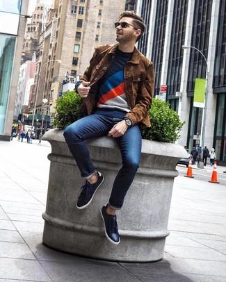 Wie kombinieren: braune Shirtjacke aus Wildleder, dunkelblauer bedruckter Pullover mit einem Rundhalsausschnitt, dunkelblaue Jeans, dunkelblaue Leder niedrige Sneakers