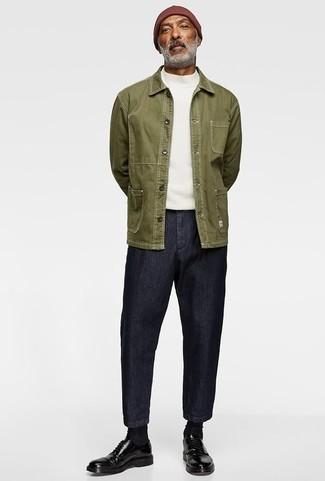 Herren Outfits & Modetrends: Paaren Sie eine olivgrüne Shirtjacke mit dunkelblauen Jeans, um einen lockeren, aber dennoch stylischen Look zu erhalten. Putzen Sie Ihr Outfit mit schwarzen Leder Derby Schuhen.