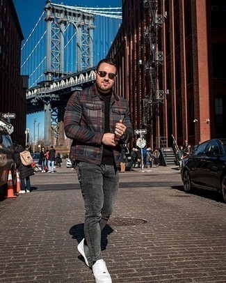 Schwarzen Pullover mit einem Rundhalsausschnitt kombinieren – 508+ Herren Outfits: Kombinieren Sie einen schwarzen Pullover mit einem Rundhalsausschnitt mit dunkelgrauen Jeans für ein sonntägliches Mittagessen mit Freunden. Weiße Segeltuch niedrige Sneakers sind eine kluge Wahl, um dieses Outfit zu vervollständigen.