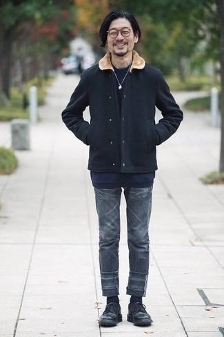 40 Jährige: Smart-Casual Outfits Herren 2020: Kombinieren Sie eine dunkelblaue Wollshirtjacke mit dunkelgrauen Jeans für ein großartiges Wochenend-Outfit. Schwarze Leder Derby Schuhe bringen klassische Ästhetik zum Ensemble.