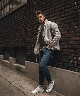 Grauen Pullover mit einem Rundhalsausschnitt mit Chevron-Muster kombinieren – 1 Herren Outfits: Paaren Sie einen grauen Pullover mit einem Rundhalsausschnitt mit Chevron-Muster mit dunkelblauen Jeans für ein bequemes Outfit, das außerdem gut zusammen passt. Weiße und grüne Leder niedrige Sneakers sind eine gute Wahl, um dieses Outfit zu vervollständigen.