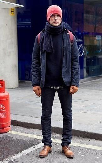 Dunkelblauen Pullover mit einem Rundhalsausschnitt kombinieren: trends 2020: Vereinigen Sie einen dunkelblauen Pullover mit einem Rundhalsausschnitt mit dunkelblauen Jeans für ein sonntägliches Mittagessen mit Freunden. Putzen Sie Ihr Outfit mit rotbraunen Leder Oxford Schuhen.