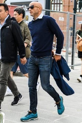 40 Jährige: Hellblaues vertikal gestreiftes Langarmhemd kombinieren – 16 Herren Outfits: Kombinieren Sie ein hellblaues vertikal gestreiftes Langarmhemd mit dunkelblauen Jeans für ein sonntägliches Mittagessen mit Freunden. Warum kombinieren Sie Ihr Outfit für einen legereren Auftritt nicht mal mit türkisen Sportschuhen?