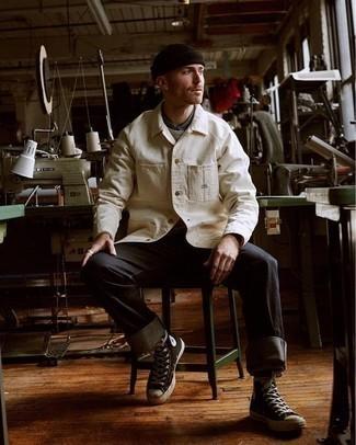 Dunkelbraune Mütze kombinieren – 68 Herren Outfits: Eine hellbeige Shirtjacke und eine dunkelbraune Mütze sind eine ideale Outfit-Formel für Ihre Sammlung. Schwarze und weiße hohe Sneakers aus Segeltuch sind eine gute Wahl, um dieses Outfit zu vervollständigen.