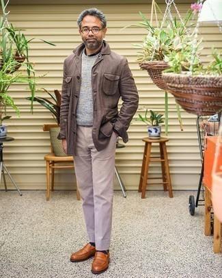 Braune Shirtjacke kombinieren – 211 Herren Outfits: Kombinieren Sie eine braune Shirtjacke mit einer hellbeige Chinohose für Ihren Bürojob. Komplettieren Sie Ihr Outfit mit rotbraunen Leder Slippern, um Ihr Modebewusstsein zu zeigen.