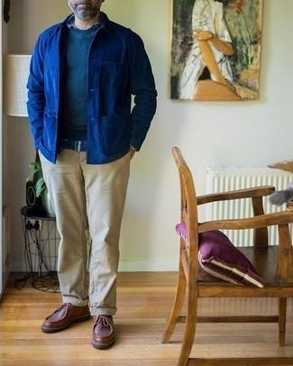 Herren Outfits 2020: Tragen Sie eine blaue Shirtjacke und eine hellbeige Chinohose für Ihren Bürojob. Braune Chukka-Stiefel aus Leder sind eine gute Wahl, um dieses Outfit zu vervollständigen.