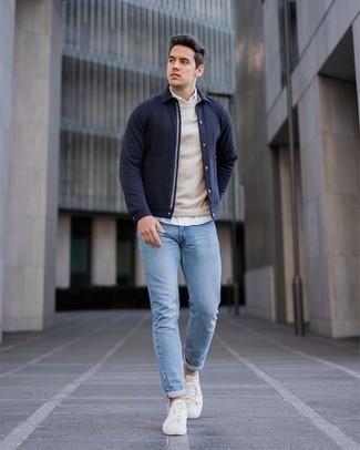 Dunkelblaue Shirtjacke kombinieren – 436 Herren Outfits: Kombinieren Sie eine dunkelblaue Shirtjacke mit hellblauen Jeans für ein bequemes Outfit, das außerdem gut zusammen passt. Wenn Sie nicht durch und durch formal auftreten möchten, komplettieren Sie Ihr Outfit mit weißen Segeltuch niedrigen Sneakers.