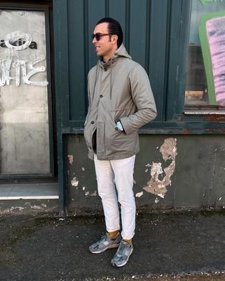 graue Shirtjacke, schwarzer Pullover mit einem Rundhalsausschnitt, hellblaues Chambray Langarmhemd, weiße Jeans für Herren