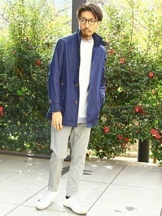 Weißen und braunen Pullover mit einem Rundhalsausschnitt kombinieren – 465 Herren Outfits: Kombinieren Sie einen weißen und braunen Pullover mit einem Rundhalsausschnitt mit einer grauen Chinohose für ein bequemes Outfit, das außerdem gut zusammen passt. Suchen Sie nach leichtem Schuhwerk? Vervollständigen Sie Ihr Outfit mit weißen Segeltuch niedrigen Sneakers für den Tag.