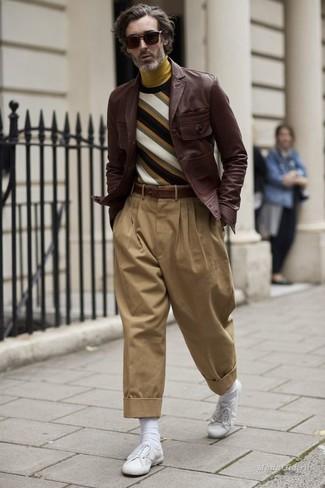 Wie kombinieren: dunkelbraune Ledershirtjacke, mehrfarbiger horizontal gestreifter Pullover mit einem Rundhalsausschnitt, senf Rollkragenpullover, beige Chinohose