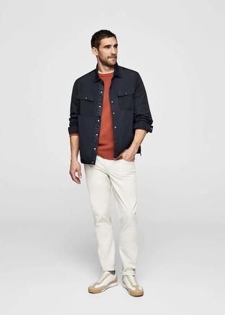 Wie kombinieren: schwarze Shirtjacke, orange Pullover mit einem Rundhalsausschnitt, hellbeige T-Shirt mit einem Rundhalsausschnitt, weiße Chinohose