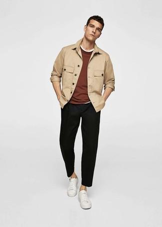 Wie kombinieren: beige Shirtjacke, brauner Pullover mit einem Rundhalsausschnitt, weißes T-Shirt mit einem Rundhalsausschnitt, schwarze Chinohose