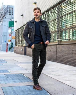 Wie kombinieren: dunkelgraue Wollshirtjacke, dunkelblauer Pullover mit einem Rundhalsausschnitt, weißes T-Shirt mit einem Rundhalsausschnitt, dunkelgrüne Cordjeans