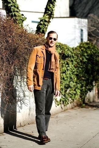 Mode für Herren ab 30 2020: Perfektionieren Sie den modischen Freizeitlook mit einer beige Shirtjacke aus Cord und einer dunkelgrauen Chinohose. Braune Chukka-Stiefel aus Leder sind eine großartige Wahl, um dieses Outfit zu vervollständigen.