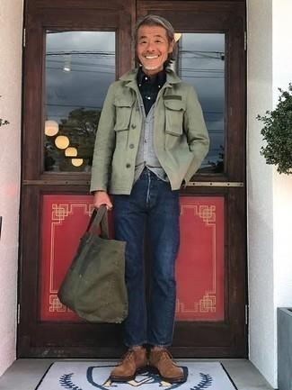 50 Jährige: Dunkelblaues und grünes Langarmhemd mit Schottenmuster kombinieren – 8 Herren Outfits: Kombinieren Sie ein dunkelblaues und grünes Langarmhemd mit Schottenmuster mit dunkelblauen Jeans für ein Alltagsoutfit, das Charakter und Persönlichkeit ausstrahlt. Fühlen Sie sich ideenreich? Wählen Sie braunen Chukka-Stiefel aus Wildleder.