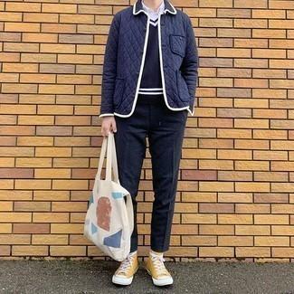 Dunkelblaue Wollchinohose kombinieren – 18 Herren Outfits: Arbeitsreiche Tage verlangen nach einem einfachen, aber dennoch stylischen Outfit, wie zum Beispiel eine dunkelblaue gesteppte Shirtjacke und eine dunkelblaue Wollchinohose. Fühlen Sie sich mutig? Vervollständigen Sie Ihr Outfit mit senf hohen Sneakers aus Segeltuch.