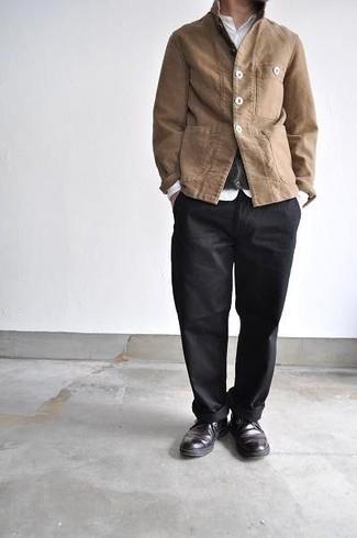 Weißes Langarmhemd kombinieren – 1200+ Herren Outfits: Vereinigen Sie ein weißes Langarmhemd mit einer schwarzen Chinohose für ein großartiges Wochenend-Outfit. Schwarze Chukka-Stiefel aus Leder fügen sich nahtlos in einer Vielzahl von Outfits ein.