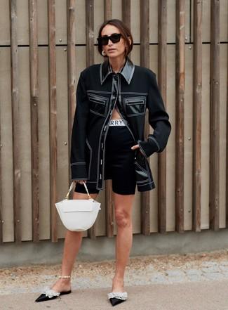 Wie kombinieren: schwarze Shirtjacke, schwarze Radlerhose, schwarze verzierte Satin Pantoletten, weiße Satchel-Tasche aus Leder