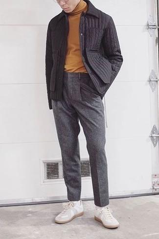 Weiße Leder niedrige Sneakers kombinieren – 1200+ Herren Outfits: Kombinieren Sie eine schwarze gesteppte Shirtjacke mit einer grauen Wollanzughose, um vor Klasse und Perfektion zu strotzen. Fühlen Sie sich mutig? Komplettieren Sie Ihr Outfit mit weißen Leder niedrigen Sneakers.