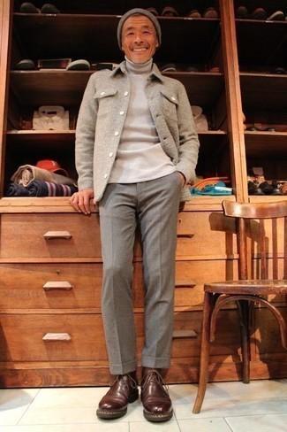 Hellbeige Rollkragenpullover kombinieren – 192 Herren Outfits: Kombinieren Sie einen hellbeige Rollkragenpullover mit einer grauen Anzughose für einen stilvollen, eleganten Look. Suchen Sie nach leichtem Schuhwerk? Wählen Sie braunen Chukka-Stiefel aus Leder für den Tag.