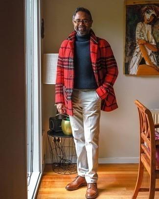 Hellbeige Anzughose kombinieren – 552+ Herren Outfits: Tragen Sie eine rote Flanell Shirtjacke mit Schottenmuster und eine hellbeige Anzughose, um vor Klasse und Perfektion zu strotzen. Dieses Outfit passt hervorragend zusammen mit braunen Leder Brogues.