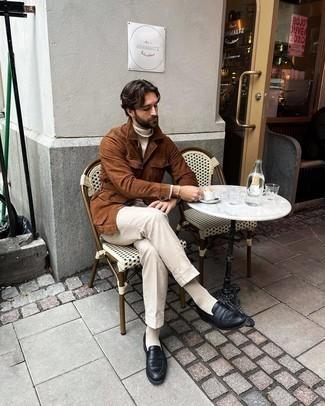 Herren Outfits 2020: Kombinieren Sie eine braune Shirtjacke aus Wildleder mit einer hellbeige Anzughose für einen stilvollen, eleganten Look. Schwarze Leder Slipper sind eine gute Wahl, um dieses Outfit zu vervollständigen.