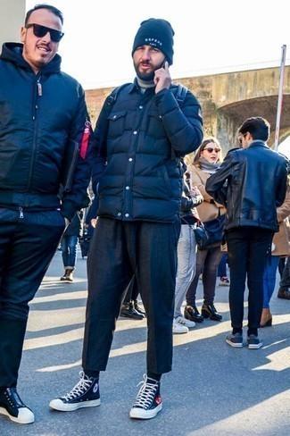 Dunkelblaue Mütze kombinieren: trends 2020: Eine dunkelblaue gesteppte Shirtjacke und eine dunkelblaue Mütze sind eine ideale Outfit-Formel für Ihre Sammlung. Wählen Sie schwarzen und weißen hohe Sneakers aus Segeltuch, um Ihr Modebewusstsein zu zeigen.