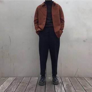 30 Jährige: Schwarze Chinohose kombinieren: trends 2020: Kombinieren Sie eine braune Shirtjacke mit einer schwarzen Chinohose für einen für die Arbeit geeigneten Look. Heben Sie dieses Ensemble mit schwarzen Leder Derby Schuhen hervor.