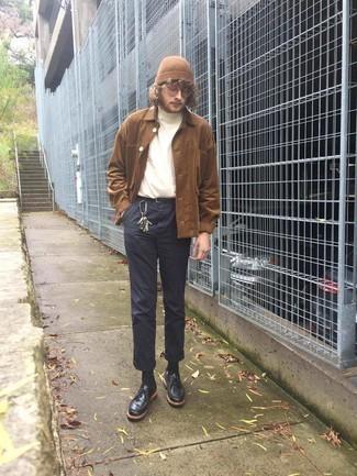 Braune Shirtjacke aus Cord kombinieren – 19 Herren Outfits: Eine braune Shirtjacke aus Cord und eine dunkelblaue Chinohose sind eine großartige Outfit-Formel für Ihre Sammlung. Schwarze Chukka-Stiefel aus Leder fügen sich nahtlos in einer Vielzahl von Outfits ein.