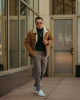 Weiße Segeltuch niedrige Sneakers kombinieren – 1200+ Herren Outfits: Kombinieren Sie eine beige Shirtjacke mit einer grauen Chinohose für Drinks nach der Arbeit. Weiße Segeltuch niedrige Sneakers liefern einen wunderschönen Kontrast zu dem Rest des Looks.