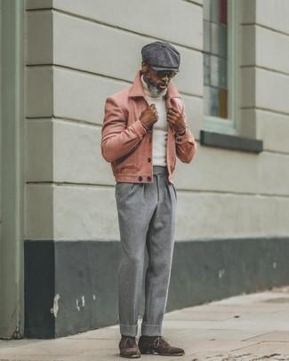 Smart-Casual kühl Wetter Outfits Herren 2020: Kombinieren Sie eine rosa Wollshirtjacke mit einer grauen Wollchinohose für einen für die Arbeit geeigneten Look. Vervollständigen Sie Ihr Outfit mit dunkelbraunen Wildleder Oxford Schuhen, um Ihr Modebewusstsein zu zeigen.