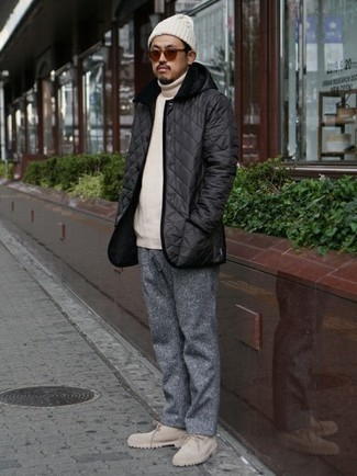 Schwarze gesteppte Shirtjacke kombinieren – 12 Herren Outfits: Die Kombination von einer schwarzen gesteppten Shirtjacke und einer grauen Wollchinohose erlaubt es Ihnen, Ihren Freizeitstil klar und einfach zu halten. Fühlen Sie sich ideenreich? Komplettieren Sie Ihr Outfit mit einer hellbeige Wildlederfreizeitstiefeln.