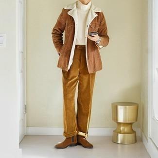 Weißen Strick Rollkragenpullover kombinieren – 170 Herren Outfits: Kombinieren Sie einen weißen Strick Rollkragenpullover mit einer rotbraunen Cord Chinohose für ein sonntägliches Mittagessen mit Freunden. Fühlen Sie sich ideenreich? Vervollständigen Sie Ihr Outfit mit braunen Chelsea Boots aus Wildleder.