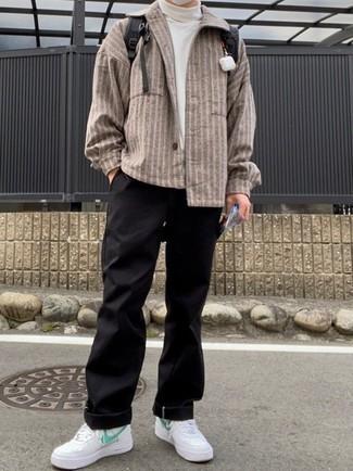 30 Jährige: Weiße und grüne Leder niedrige Sneakers kombinieren – 59 Herren Outfits: Tragen Sie eine braune vertikal gestreifte Shirtjacke und eine schwarze Chinohose für einen bequemen Alltags-Look. Fühlen Sie sich mutig? Vervollständigen Sie Ihr Outfit mit weißen und grünen Leder niedrigen Sneakers.
