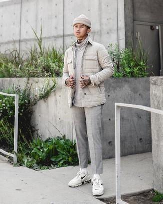 Graue Chinohose mit Schottenmuster kombinieren – 338 Herren Outfits: Kombinieren Sie eine hellbeige gesteppte Shirtjacke mit einer grauen Chinohose mit Schottenmuster, um einen lockeren, aber dennoch stylischen Look zu erhalten. Fühlen Sie sich ideenreich? Vervollständigen Sie Ihr Outfit mit weißen und schwarzen Sportschuhen.