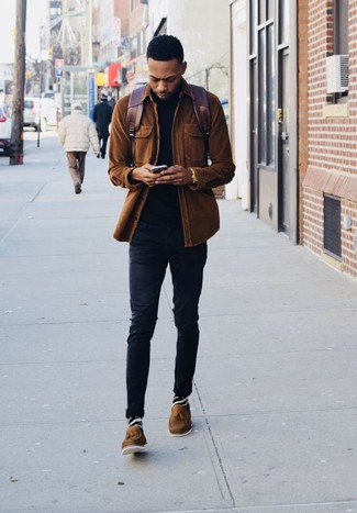 Braune Leder Slipper mit Quasten kombinieren: trends 2020: Erwägen Sie das Tragen von einer braunen Shirtjacke aus Cord und schwarzen engen Jeans für ein sonntägliches Mittagessen mit Freunden. Braune Leder Slipper mit Quasten bringen Eleganz zu einem ansonsten schlichten Look.