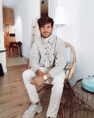 Wie kombinieren: hellbeige Shirtjacke, weißer Rollkragenpullover, weiße Jeans, weiße Sportschuhe
