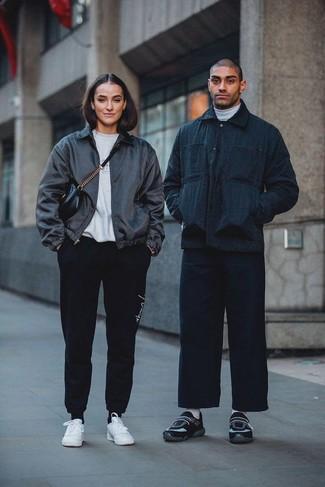 Wie kombinieren: dunkelblaue Shirtjacke, weißer Rollkragenpullover, dunkelblaue Jeans, schwarze Sportschuhe