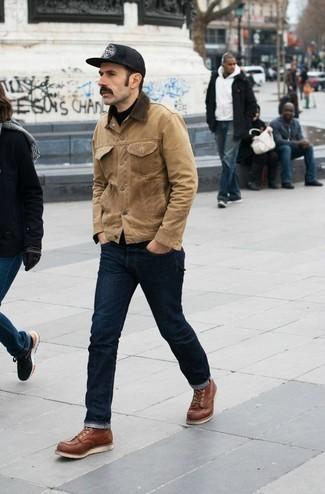 Beige Shirtjacke aus Wildleder kombinieren: trends 2020: Tragen Sie eine beige Shirtjacke aus Wildleder und dunkelblauen Jeans, um mühelos alles zu meistern, was auch immer der Tag bringen mag. Eine rotbraune Lederfreizeitstiefel sind eine gute Wahl, um dieses Outfit zu vervollständigen.