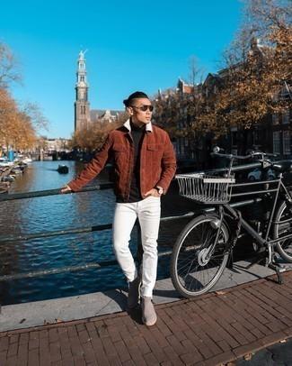 Schwarzen Rollkragenpullover kombinieren – 187 Frühling Herren Outfits: Kombinieren Sie einen schwarzen Rollkragenpullover mit weißen Jeans für ein sonntägliches Mittagessen mit Freunden. Ergänzen Sie Ihr Outfit mit grauen Chelsea Boots aus Wildleder, um Ihr Modebewusstsein zu zeigen. Was für eine geniale Übergangs-Look Idee!