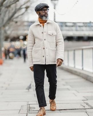 Smart-Casual kühl Wetter Outfits Herren 2020: Kombinieren Sie eine weiße Wollshirtjacke mit schwarzen Jeans für ein großartiges Wochenend-Outfit. Machen Sie Ihr Outfit mit beige Leder Brogues eleganter.