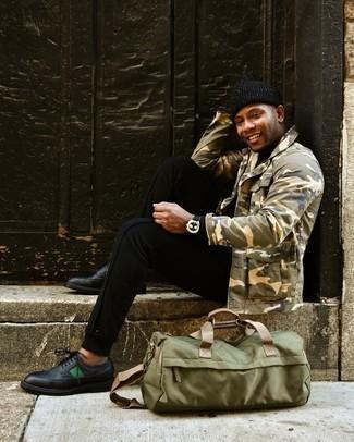 20 Jährige: Schwarzen Rollkragenpullover kombinieren – 277 Herren Outfits: Arbeitsreiche Tage verlangen nach einem einfachen, aber dennoch stylischen Outfit, wie zum Beispiel ein schwarzer Rollkragenpullover und eine schwarze Jogginghose. Fühlen Sie sich mutig? Ergänzen Sie Ihr Outfit mit schwarzen Leder Brogues.