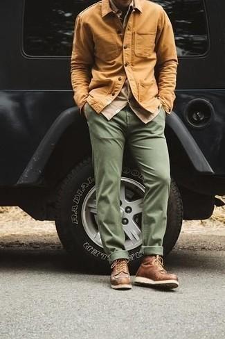 Rotbraune Shirtjacke kombinieren – 182 Herren Outfits: Kombinieren Sie eine rotbraune Shirtjacke mit einer olivgrünen Chinohose, um einen modischen Freizeitlook zu kreieren. Ergänzen Sie Ihr Look mit einer braunen Lederfreizeitstiefeln.