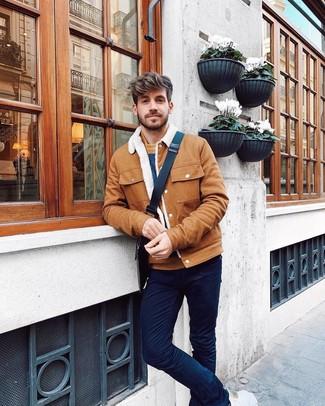 Wie kombinieren: rotbraune Shirtjacke, rotbrauner horizontal gestreifter Pullover mit einem Rundhalsausschnitt, dunkelblaue Chinohose, dunkelbraune bedruckte Segeltuch Umhängetasche