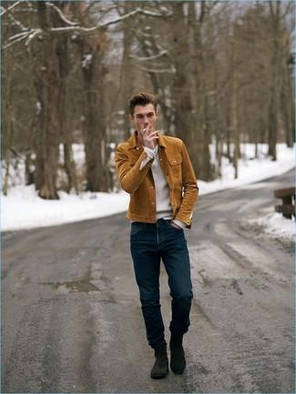 Wie kombinieren: rotbraune Shirtjacke aus Wildleder, weißer Pullover mit einem V-Ausschnitt, dunkelblaue Jeans, dunkelbraune Chelsea-Stiefel aus Wildleder