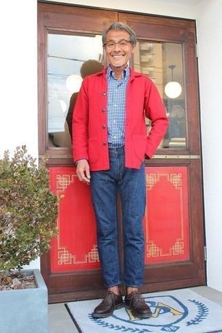 Wie kombinieren: rote Shirtjacke, blaues Langarmhemd mit Karomuster, blaue Jeans, dunkelbraune Leder Derby Schuhe