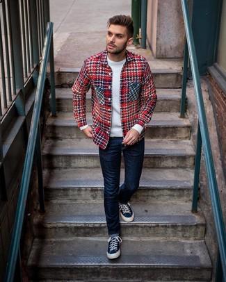 rote Shirtjacke mit Schottenmuster, weißer Pullover mit einem Rundhalsausschnitt, dunkelblaue Jeans, dunkelblaue Segeltuch niedrige Sneakers für Herren