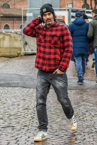 Wie kombinieren: rote und schwarze Shirtjacke mit Karomuster, dunkelgraue Jeans, hellbeige Leder niedrige Sneakers, schwarze Mütze