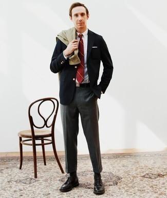 Schwarzen Segeltuchgürtel kombinieren: trends 2020: Für ein bequemes Couch-Outfit, entscheiden Sie sich für eine olivgrüne Shirtjacke und einen schwarzen Segeltuchgürtel. Heben Sie dieses Ensemble mit schwarzen Leder Derby Schuhen hervor.
